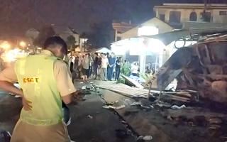Video: Xe tải chở gỗ lao vào 3 quán nhậu