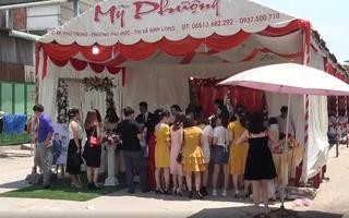 Video: Đám cưới 'đặc biệt' giữa mùa dịch, khách phải xếp hàng chờ đo thân nhiệt