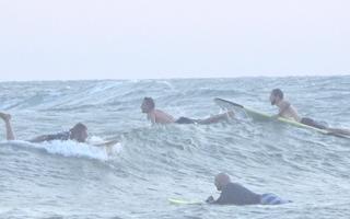 Video: Du khách nước ngoài vẫn nườm nượp lướt ván trên biển Mũi Né