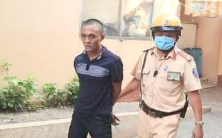 Video: CSGT chạy bộ đuổi bắt hai tên cướp giật điện thoại