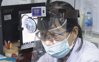 """""""Sáng chế"""" đèn đội đầu khám bệnh mùa COVID -19 hiệu quả, dễ làm"""