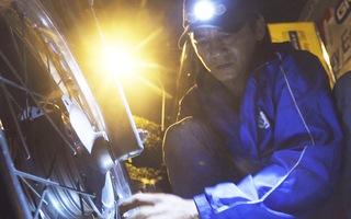 Người tài xế ban đêm chạy khắp Sài Gòn vá xe, thay ruột, đổ xăng miễn phí