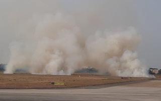 Video: Máy bay nổ lốp trên đường băng Tân Sơn Nhất, khói trắng cuồn cuộn