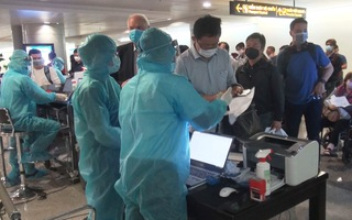 Kiều bào về nước đông, kiểm soát dịch ở sân bay Tân Sơn Nhất thêm căng thẳng