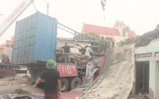 Video: Xe container đâm sập 3 nhà dân, nhiều người thoát chết