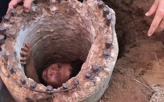 Video: Cháu bé mắc kẹt 5 giờ đồng hồ trong lõi trụ điện cũ