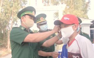 Video: Đồn biên phòng Dung Quất phát miễn phí 2.000 khẩu trang cho người dân