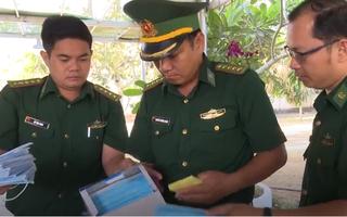 Video: Bắt một ghe gỗ vận chuyển hơn 50.000 khẩu trang khu vực biên giới Việt Nam - Campuchia
