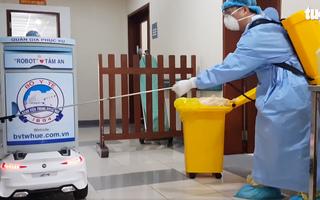 Video: Robot chuyển đồ ăn ở Bệnh viện Trung ương Huế