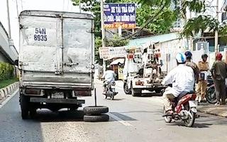 Video: Xe tải bị rơi bánh văng vào đám đông bên đường