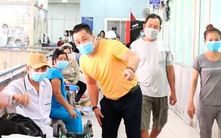 Video: Gia đình NSND Lý Huỳnh tặng máy thở trị giá 500 triệu đồng cho bệnh viện Chợ Rẫy