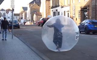 Video: Chui vào quả bóng đi siêu thị mua sắm để tránh lây nhiễm COVID-19