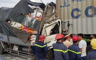 Video: Xe tải húc container, 3 người chết trong cabin biến dạng
