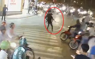Video: Thanh niên 'ngáo đá' cầm rìu đứng giữa ngã tư đường đòi chém người