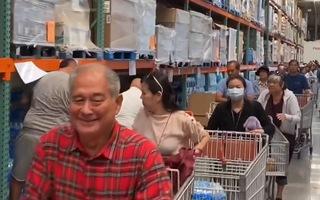 Video: Người Mỹ đổ xô đến siêu thị mua đồ dự trữ tránh dịch COVID-19