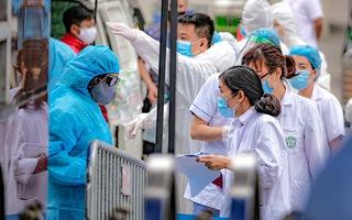 Video: Thêm 2 người ở TP.HCM, 1 người ở Hà Nội mắc COVID-19, tổng cộng 207 ca