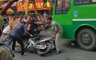 Video: Người đàn ông bị xe buýt cuốn vào gầm