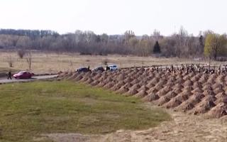 Video: Đào hàng trăm ngôi mộ để cảnh báo nguy hiểm của COVID-19