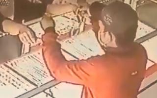 Video: Nam thanh niên vờ mua vàng rồi giật hai sợi dây chuyền bỏ chạy