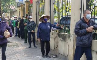 Video: Cảnh xếp hàng dài trước 'ATM gạo' Hà Nội