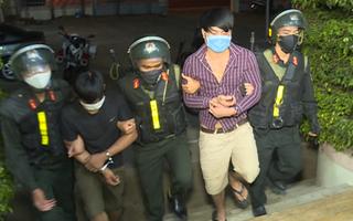 Video: Phun nước bọt, đánh cảnh sát cơ động vì chuyện không đeo khẩu trang