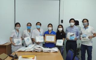 Bệnh viện Bệnh Nhiệt đới nhận 500 bộ trang phục bảo hộ y tế phòng chống dịch bệnh COVID-19