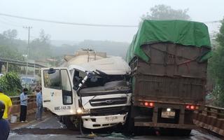 Video: Xe bồn và xe tải đâm nhau trên cầu Pantoong, giao thông ùn ứ nhiều giờ
