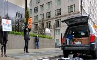 Video: Người biểu tình đặt thi thể giả trước khách sạn Trump International