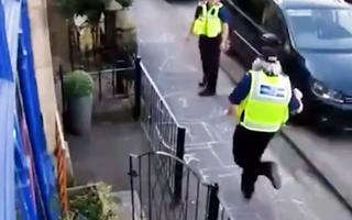Video: Cảnh sát nhảy lò cò bên đường phố mùa covid-19