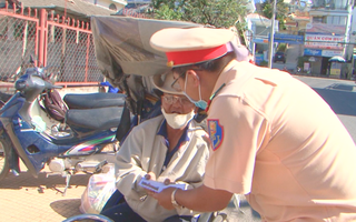 Công an TP Đà Lạt trao quà cho nạn nhân tai nạn giao thông và gia đình nghèo vượt qua dịch COVID-19