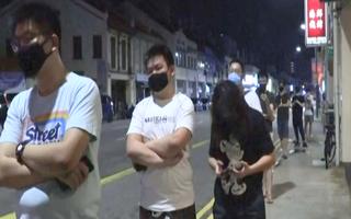 Video: Người dân xếp hàng dài chờ cắt tóc trước khi gia hạn cách ly ở Singapore