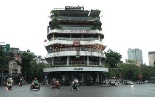 Video: Quán xá ở Hà Nội lên đèn, nhịp sống dần hối hả trở lại