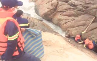 Video: Phát hiện thi thể người đàn ông mắc kẹt dưới khe đá ở biển Sầm Sơn