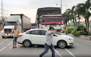 Video: Ôtô chở 5 người trong gia đình mất lái bị xe tải húc trượt dài trên đường phố