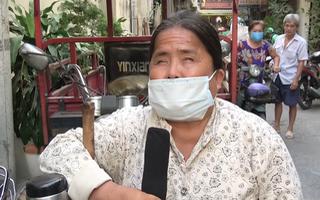 Video: Người khiếm thị khó khăn, bán vé số được hỗ trợ tiền và gạo mùa dịch Covid-19