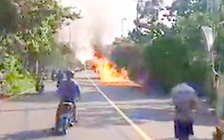 Video: Xe tải chở hóa chất cháy trơ khung tại TP.HCM