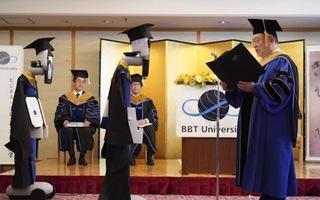 Video: Robot nhận bằng tốt nghiệp thay sinh viên trong mùa dịch COVID-19