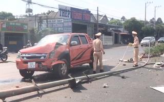 Video: Trụ điện gãy nát sau tai nạn liên hoàn giữa 2 ôtô