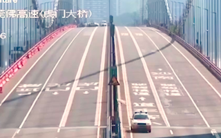Video: Cây cầu uốn lượn như sóng vì gió thổi ở Trung Quốc