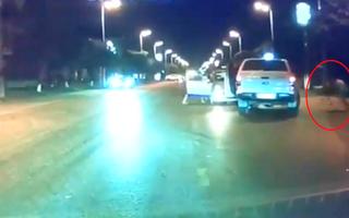 Video: Cướp dùng dao đâm tài xế rồi mở cửa taxi bỏ chạy