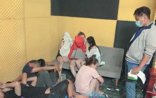Video: 61 nam nữ thuê nhà nghỉ tổ chức tiệc bay lắc và chơi ma túy