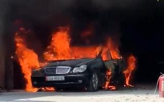 Video: Ôtô để trong gara bất ngờ bốc cháy dữ dội