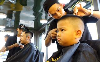 Video: Tiệm cắt tóc di động trả tiền 'tùy tâm' ở Sài Gòn