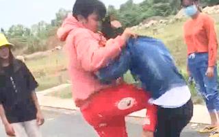 Video: Công an vào cuộc vụ thiếu nữ lên gối, cầm mũ bảo hiểm đánh bạn
