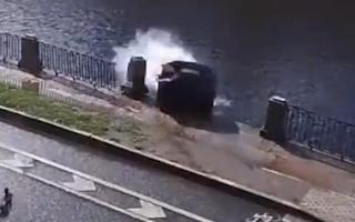 Video: Ôtô bất ngờ mất lái đâm vào lan can rồi lao thẳng xuống sông