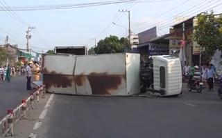 Video: Xe tải gãy trục lật ngang đường