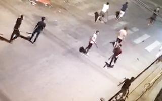 Video: Một người bị chém rớt cánh tay gữa đêm khuya