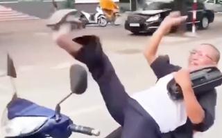 Video: Người đàn ông ôm loa, mở nhạc, nằm trên yên và lái xe bằng chân