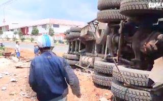 Video: Xe đầu kéo bị lật nhào, tài xế và phụ xe thoát chết
