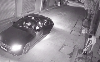 Video: Nhóm thanh niên đi xe Mercedes... bắt trộm mèo